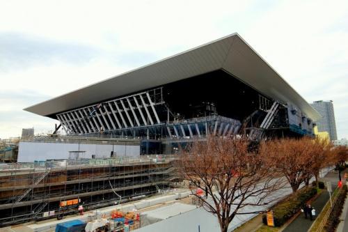 南東側から見た「東京アクアティクスセンター」の施工現場。大屋根のリフトアップを2018年7月に終え、現在は観客席の鉄骨建て方などが進んでいる(写真:日経アーキテクチュア)