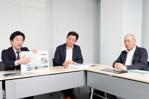 左から三井不動産レジデンシャルの高木洋一郎氏、マスターアーキテクトの一人である光井純&アソシエーツ建築設計事務所の中野幸伸氏、ランドスケープ・マスターアーキテクトの一人である鳳コンサルタントの中野正則氏。高木氏が手にしているのが、関係者間で共有しているデザインガイドライン(写真:山田 愼二)