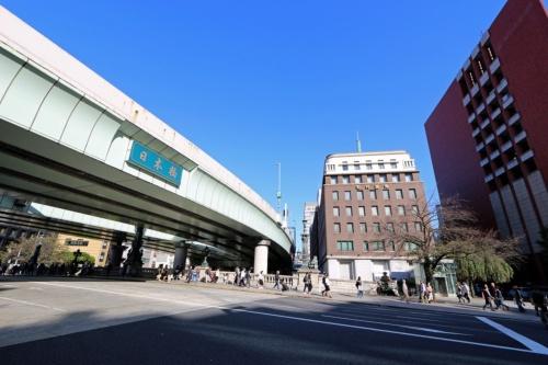 国の重要文化財である日本橋(東京都中央区)上空に首都高速道路が架かる。1964年東京五輪の開催に合わせて整備された首都高は老朽化が進んでいる。更新に伴い、日本橋周辺の区間を地下化する計画だ(写真:日経アーキテクチュア)