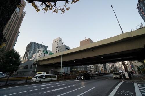 都心部で首都高速道路と接続する「KK線」の京橋JCT付近(写真:日経コンストラクション)