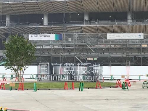 新国立競技場南側デッキに設置された「国立競技場」の名称看板(午前11時45分撮影)