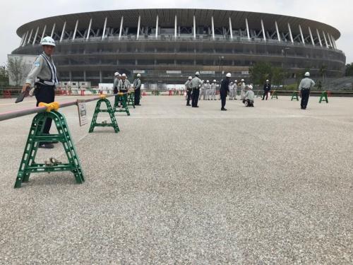 南側デッキから新国立競技場南側外観を望む(午後0時19分撮影)