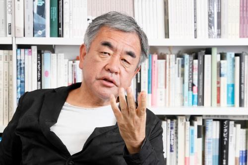 隈研吾氏。隈研吾建築都市設計事務所主宰。東京大学教授。宿泊施設に関しては、雲の上のホテル、銀山温泉 藤屋(改修)、ザ・キャピトルホテル東急、ワン・ニセコ・リゾート・タワーズ(改修)、ONE@Tokyoなど多数に携わってきた。コロンビア大学在籍時に、ホテリエとしての活動を開始した頃のイアン・シュレーガー氏にインタビューし、自著「グッドバイ・ポストモダン」(1989年)に収めている(写真:山田愼二)