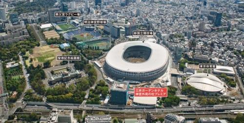 北側上空から東京・神宮外苑地区を見る。同地区に関しては、東京都が2018年11月に策定した「東京2020大会後の神宮外苑地区のまちづくり指針」で、公園まちづくり制度を活用した整備の方向性が示されている。「高揚感のあるスポーツとアクティビティの拠点」「歴史ある個性をいかした多様なみどりと交流の拠点」「地域特性をいかした魅力的な文化とにぎわいの拠点」が地区の将来像として描かれている(写真:川澄・小林研二写真事務所)