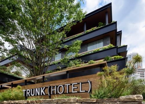 トランクホテルの外観。東京都渋谷区神宮前に2017年5月に開業。ホテル棟とブライダル棟の2棟で構成されている。延べ面積は5106m<sup>2</sup>、総客室数は15室。プロジェクト・マネジメントをレンドリース・ジャパン、設計を安宅設計、内装をデザインアーク、施工を東急建設がそれぞれ担当。デザイン監修にマウントフジアーキテクツスタジオ、ホテル棟内装にジャモアソシエイツ、ストアデザインにトラフ建築設計事務所などが参画している(写真:TRUNK)