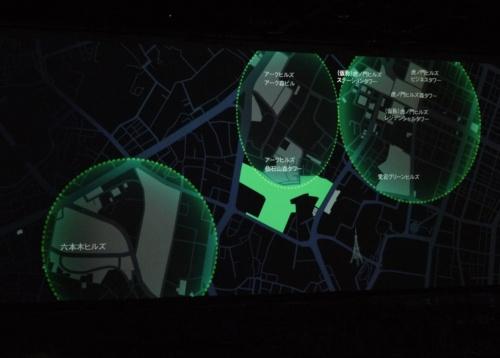 地図の中央、緑色に塗られた部分が虎ノ門・麻布台プロジェクトのエリア。敷地周辺には、六本木ヒルズなど既存のヒルズが立ち並ぶ。画像は会見時のスクリーンを撮影(写真:日経アーキテクチュア)