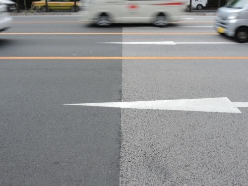東京都内の青山通り(国道246号)の遮熱性舗装(写真右)と一般的な舗装(写真:日経コンストラクション)