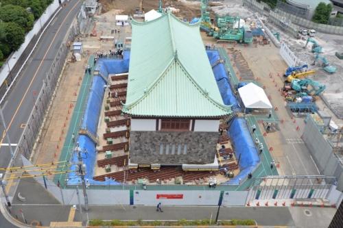 ひき家を実施して、敷地の外側(写真左下)方向に5mほど位置をずらした。施工は大成建設。2016年6月撮影(写真:日経アーキテクチュア)