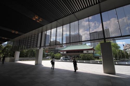 プレステージタワー(高層棟)のエントランス前から水盤越しに大倉集古館を見る(写真:日経アーキテクチュア)