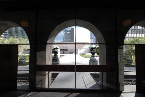 正面玄関の風除室。谷口吉生氏らしい、すっきりとしたデザイン(写真:日経アーキテクチュア)