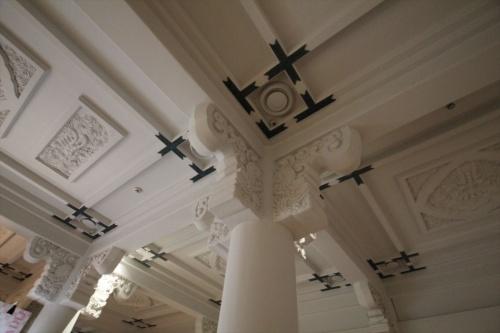 2階の天井やときょう(軒を支える柱の上部)には、1階よりも手の込んだ装飾が施されている(写真:日経アーキテクチュア)