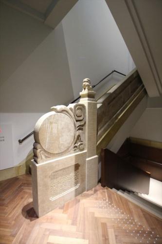 階段室はエレベーターを新設したため、元の位置と変わったが、手すり壁などは生かした(写真:日経アーキテクチュア)