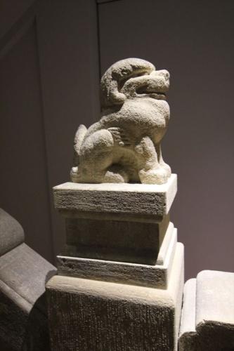 手すり部分にはこんな彫刻が……。犬ではない。小さな羽がある。これは「獅子」とのこと(写真:日経アーキテクチュア)