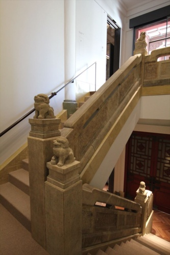 階段手すりに鎮座する獅子たち(写真:日経アーキテクチュア)