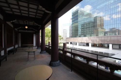 2階のテラスからプレステージタワー方向(東)を見る。左方向にもう1棟のヘリテージウイング(中層棟)がある(写真:日経アーキテクチュア)
