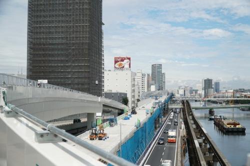 通行再開前の大井JCTのランプ橋から芝浦方面を見る。左から順にランプ橋、施工中の上り線、既設の下り線、東京モノレール、京浜運河。ランプ橋の左奥が迂回路で、暫定の上り線として運用中だ。ランプ橋は迂回路と接続しているが、将来は現在施工中の上り線に付け替える。その際、中央付近の橋脚から先の橋桁を撤去して造り直す(写真:日経コンストラクション)