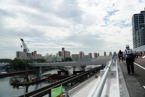 大井JCTのランプ橋から湾岸線方面を見る。施工のスピードアップと架設時の吊り上げ重量低減のため、ランプ橋には鋼床版と鋼製壁高欄を採用した(写真:日経コンストラクション)