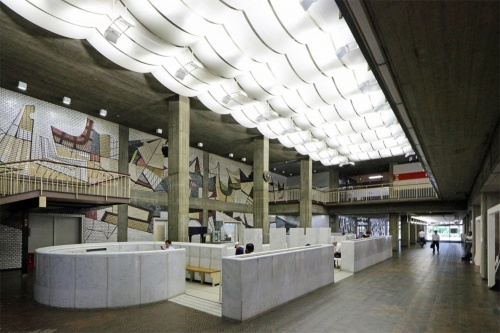 現在の「市民広間」。2層吹き抜けの大空間で、壁面は彫刻家の辻晋堂によるレリーフで覆われている(写真:日経アーキテクチュア)