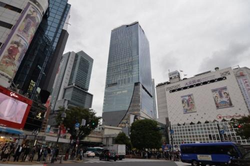 渋谷駅直結の「渋谷スクランブルスクエア第1期(東棟)」が完成し、内部をメディアに初公開した。写真中央に立つのが東棟で、左奥に「渋谷ヒカリエ」が見える。2019年11月1日に開業予定(写真:日経アーキテクチュア)