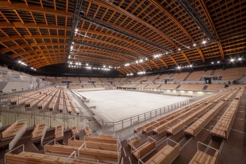 競技場内部の全景。鉄骨造、一部木造(屋根)の地上3階建てで、延べ面積は約4万m2、最高高さは約30m(写真:吉田 誠)