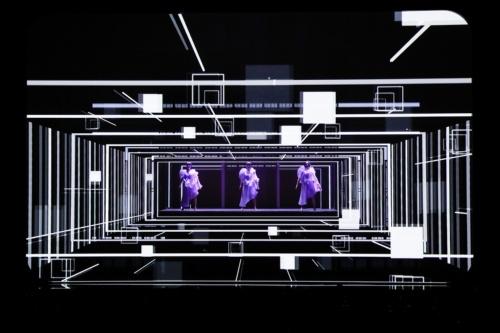 LINE CUBE SHIBUYAのオープニング公演を飾った人気歌手グループ「Perfume(パフューム)」(写真:上山 陽介)