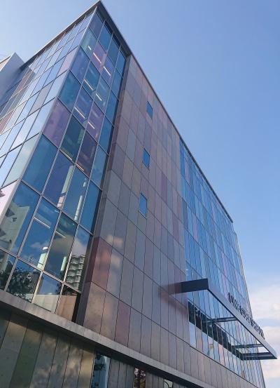 建物は壁もガラスもカラフルなキューブ模様(写真:日経アーキテクチュア)