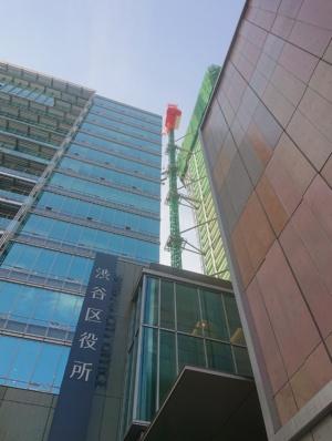 LINE CUBE SHIBUYAのすぐ裏にある「渋谷区役所」。こちらは先に建て替えが完了し、仮庁舎から戻った職員が19年1月から業務を開始している(写真:日経アーキテクチュア)
