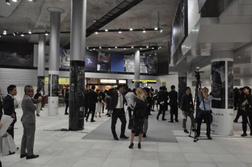 渋谷駅東口地下広場。右上の張り出した箇所に渋谷川が流れている。川を移設したのは2015年で、この際に幅10m×高さ4.1~5mのボックスカルバート構造とし、河川から下水道に変更している(写真:日経 xTECH)