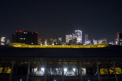 夜、国立競技場越しに渋谷方面を見る(写真:日経アーキテクチュア)