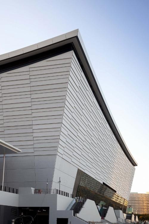 東京都が整備し、2019年12月9日に竣工した「有明アリーナ」。凹面状に反った屋根形状が特徴だ。撮影は19年11月21日(写真:吉田 誠)