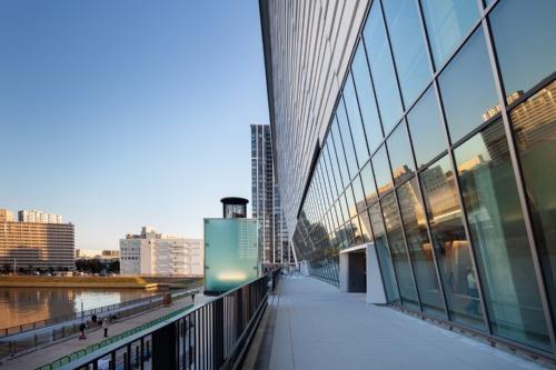 """建物東側の屋外デッキ。傾斜した外壁で内部空間を覆うことで、限られた敷地の中で席数を確保しながら、屋外には""""たまり空間""""を生み出した。撮影は19年11月21日(写真:吉田 誠)"""
