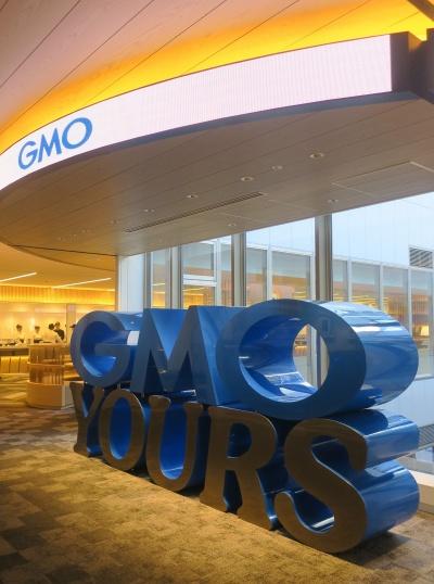 渋谷フクラスのオフィスフロアに入居する、GMOインターネットが設けたエンジニアのコミュニケーションスペース「シナジーカフェ GMO Yours・フクラス」(写真:日経アーキテクチュア)
