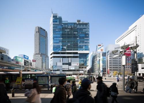 「東急プラザ渋谷」が入った渋谷フクラス(写真中央の建物)。渋谷駅西口のバスロータリーに面し、周囲に広がる地元商店街のにぎわい創出に貢献する(写真:浅田 美浩)
