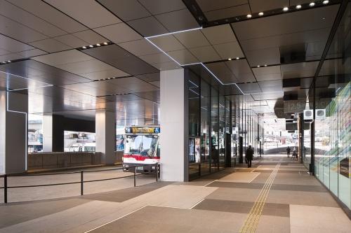 西口のバスターミナルが拡張され、渋谷フクラス1階のピロティがバスの発着場になった(写真:浅田 美浩)