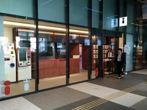 観光案内所「shibuya-san」では、荷物の預かりやリムジンバスチケットの販売なども行う。カフェを併設し、アートも展示(写真:有岡 三恵)