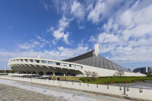 国立代々木競技場第一体育館の現況を南東から見る。同競技場は、これまでにも補修や改修を繰り返してきた。近年では2006年から07年にかけて天井裏のアスベスト除去工事、10年から11年にかけて大屋根の塗装工事などを実施。19年9月30日に完了した第一体育館の耐震改修工事は、創建以来、初となる(写真:日本スポーツ振興センター)