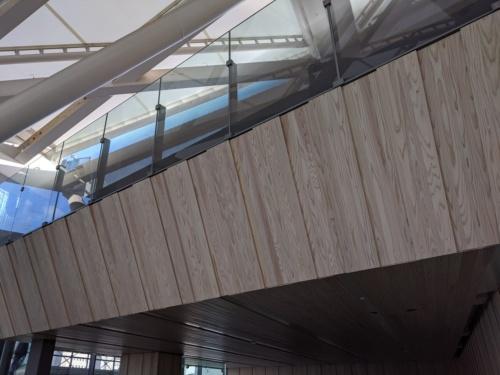 2階改札内コンコース。国産木材で仕上げた(写真:JR東日本)