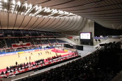 改修工事を終えた代々木第一体育館で2019年11月に開催された、日本ハンドボール選手権の様子。第一体育館は2020年東京五輪ではハンドボール、パラリンピックでは車いすラグビーとバドミントンの会場となる(写真:日経アーキテクチュア)