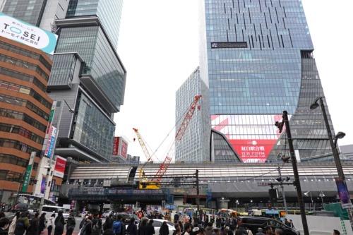 南北に走る明治通りの宮益坂下交差点の北側から南側を見る。左右に延びる高架部分に銀座線渋谷駅の新ホームが移る。同駅は1日に約22万人が利用する。写真左の超高層ビルは渋谷ヒカリエ、右は2019年11月に開業した渋谷スクランブルスクエア。2019年12月25日撮影(写真:日経 xTECH)