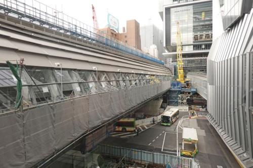 渋谷スクランブルスクエア側から新ホームができる銀座線の高架を見る。正面奥は渋谷ヒカリエ。2019年12月25日撮影(写真:日経 xTECH)