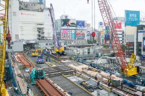 2回目の運休で実施した線路切り替え工事の様子を渋谷ヒカリエから見下ろす。写真奥が現在の銀座線渋谷駅。既設の線路は既に撤去され、写真左手に積んだ新しい線路を写真中央に見える鋼床版の左右に敷設していった。2018年5月撮影(写真:大村 拓也)
