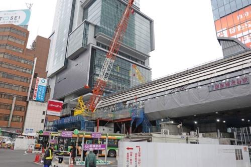渋谷駅東口のバスロータリーから見上げる。銀座線の線路は写真正面の渋谷ヒカリエの脇を通った先でトンネルに入る(写真:日経 xTECH)