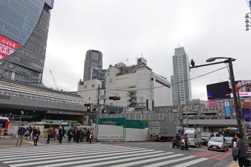 宮益坂下交差点から南西側を見る。銀座線渋谷駅の現ホームは写真正面にある東急百貨店の3階部分にある。右奥はJR渋谷駅(写真:日経 xTECH)