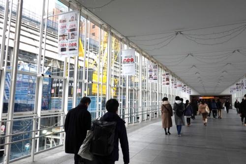 渋谷スクランブルスクエアと渋谷ヒカリエをつなぐ通路のガラス越しに、新ホームの施工現場を間近に眺められる(写真:日経 xTECH)