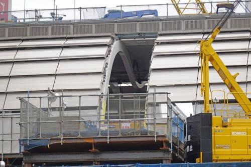 新ホームの上に架かるM形の鉄骨アーチ(写真:日経 xTECH)