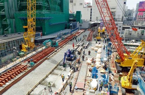 渋谷ヒカリエの北側から線路切り替え工事を見る。左奥に施工中の渋谷スクランブルスクエアも見える。2018年5月撮影(写真:大村 拓也)