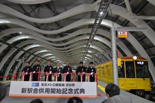 1月3日、新駅舎供用開始式典でテープカットが行われた。中央に立つのが、東京メトロの山村明義社長(写真:日経アーキテクチュア)