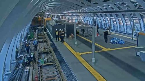 2020年1月1日午前10時すぎ、列車に電力を供給するための第三軌条を線路脇に敷設する。自動改札機やホーム端部の安全柵の設置も(写真:東京メトロ)