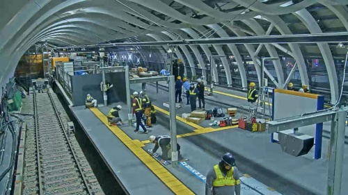 1月1日午後5時すぎ、列車待ちの整列位置などを示す標識をホーム上に取り付ける。工事最終日の1月2日は、案内表示の取り付けや運用開始に向けた安全確認などを行った(写真:東京メトロ)