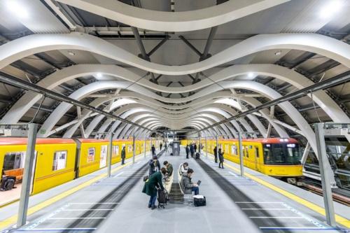 1月3日の始発から運用を始めた銀座線渋谷駅の新ホーム。白を基調としたデザインで、ホームの幅は12mと広い。1月3日午前5時すぎ撮影(写真:大村 拓也)